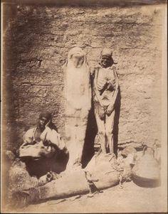 «Mummy and its two cases», Vendeur de momies et de sarcophages, Egypte, ca.1870. Tirage albuminé signé et numéroté 235 dans le négatif, titré au crayon au dos. 28,5 x 22,2 cm