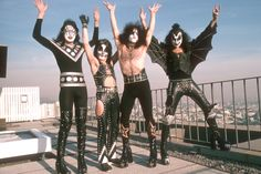 A line-up dispute has forced costumed rockers KISS to cancel a scheduled performance at their upcoming Rock and Roll Hall of Fame induction ceremony this April.