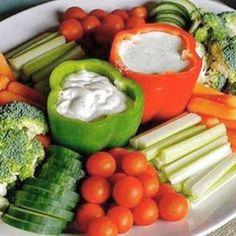 Amei essa inspiração de usar o pimentão como porta molho para salada! Super fácil de fazer e o resultado é criatividade pura! Gostaram?! #salada #inspiração #blogvidadecasada
