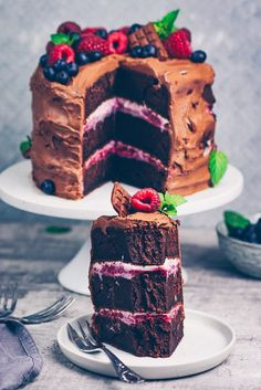 - New recipe for chocolate cake with vanilla-raspberry cream & tips on how to make stunning cakes with less cal. Healthy Dessert Recipes, Gourmet Recipes, Cake Recipes, Vegan Sweets, Vegan Desserts, Winter Torte, Easy Thanksgiving Recipes, Breakfast Dessert, Holiday Desserts