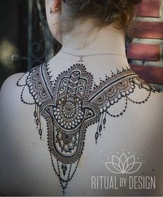 Cool jewelry bits and trails. Love this back henna design by Henna Tattoo Back, Back Henna, Back Tattoos, Henna Tattoos, Henna Designs Back, Henna Tattoo Designs, Mehndi Designs, Gold Henna, Henna Mehndi