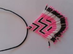 sautoir tissé avec des perles miyuki de couleur rose, blanche et noire : Collier par yedura