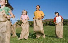 Sackhüpfen: Es sieht so leicht aus, aber das ist es gar nicht: Beim Sackhüpfen braucht man auch eine gute Portion Geschicklichkeit. Jedes Kind bekommt einen Sack, zum Beispiel einen Müllsack. Er sollte den Kindern bis etwa kurz über die Hüfte reichen. Dann gehen alle an die Startlinie, Sie geben den Startschuss und los geht's! Wer als Erstes am Ziel ankommt, ist der Gewinner.