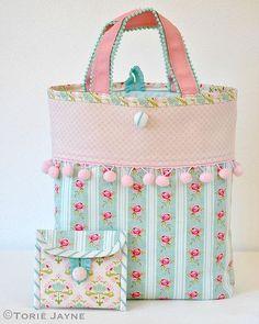 Tutorial per cucire pom pom trim . - Beautiful bags - Tutorial per cucire pom pom trim . Patchwork Bags, Quilted Bag, Purse Patterns, Sewing Patterns, Tote Pattern, Sewing Tutorials, Tutorial Sewing, Pom Pom Trim, Fabric Bags