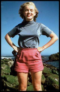 1947 / Sous l'objectif de Bill BURNSIDE, Marilyn pose du côté de Malibu.