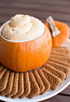 tremprette-cheesecake-purée-de-citrouille-servie-dans-une-citrouille-biscuits Plat Halloween, Fete Halloween, Halloween Food For Party, Thanksgiving Recipes, Holiday Recipes, Appetizer Recipes, Appetizers, Biscuits Graham, Pumpkin Pie Cheesecake