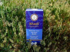 El Tinte Natural Índigo Puro de Khadi, tiñe el cabello de negro, aportándole un brillo excepcional. Puede combinarse con otros colores para obtener diferentes matices y tonalidades. Producto ecológico certificado. 100% seguro para la salud.