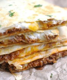 These Cheesy Ground Beef Quesadillas from 5 Boys Baker are an easy weeknight dinner that your family is going to gobble right up! They are a simple, no-fuss quesadilla that comes out slightly crispy a(Ground Chicken Quesadillas) Think Food, I Love Food, Good Food, Yummy Food, Meat Recipes, Mexican Food Recipes, Cooking Recipes, Best Quesadilla Recipe, Ground Beef Quesadillas