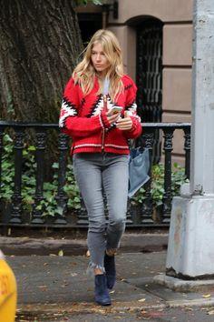 Sienna Miller wearing Prada Etiquette Tote Bag Sienna Miller Haar, Sienna  Miller Stil, Bohemian 9f45aa3b99