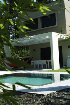 piscine coque enterrée à débordement en polyester REFLEA SQUARE MIROIR Piscines Contemporaines