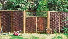 Der Sichtschutzzaun aus Weide ist 180 x 180 cm aus geölter Weide mit einem 35 x 45 mm Rahmen aus Kiefernholz.