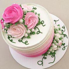 bolo rosa e creme decorado com flores feitas com chantininho estilo flower cake by ju morais.
