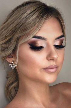 Shimmer Smokey With Black Eyeliner Wedding Makeup Have no idea what your wedding makeup should be? Let our inspirational makeup pics be your guide: natural ideas for soft spring makeup, dark looks with red lips and a touch of glitter for fal Dramatic Wedding Makeup, Simple Wedding Makeup, Wedding Makeup For Brunettes, Wedding Eye Makeup, Wedding Makeup For Brown Eyes, Formal Makeup, Blue Eye Makeup, Bride Makeup, Wedding Hair And Makeup