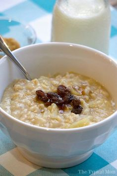 Apple cinnamon Instant Pot oatmeal recipe that takes just 5 minutes and tastes amazing! Easy pressure cooker oatmeal recipe my kids absolutely love.