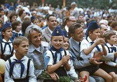 """Die damalige DDR-Bildungsministerin Margot Honecker 1970 bei einem Pioniertreffen in Cottbus. Die Pionierorganisation """"Ernst Thälmann"""" war die Massenorganisation für Kinder der FDJ (Freie Deutsche Jugend)."""