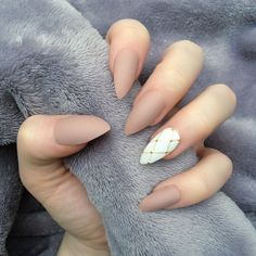 Opting for bright colours or intricate nail art isn't a must anymore. This year, nude nail designs are becoming a trend. Here are some nude nail designs. Gorgeous Nails, Love Nails, Fun Nails, Matte Nails, Acrylic Nails, Beige Nails, Matte Pink, Matte Gold, Nails Design With Rhinestones