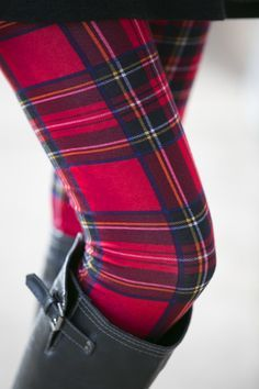 Leggings with my tartan. Fashion Mode, Look Fashion, Fashion Outfits, Tartan Fashion, Red Outfits, India Fashion, Street Fashion, Fall Fashion, Shoes