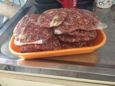 Esses hamburgeres foram feitos por mim (@cordovamc). E são saudáveis, pois não levam excesso de sódio e nem conservantes como os prontos congelados do supermercado levam. Usei: coxão mole moído (500g) + 1 ovo + 3 colheres de sopa de aveia grãos médios + cebolas picadas + pimenta + sal + orégano. Misturei tudo, modelei no formato de hamburger, embrulhei no papel plástico e vou congelar. Ele dura uns 90 dias no freezer. Fiz em 10 minutos e terei hamburger saudável por alguns dias.