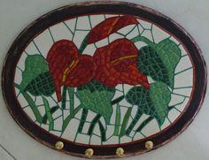 Mosaico em pastilhas de vidro, cacos de faiança e azulejo.