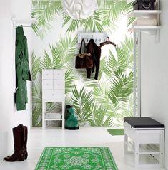 flurgestaltung grüne deko tapete palmen blätter regale teppich