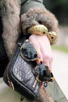 Brazalete de Uterqüe, billetera de Alexander Wang y gafas de sol de Persol