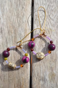 Créoles dépareillées petites violettes avec perles graines açaï violettes, petites perles myiuki lilas, graines jupati : Boucles d'oreille par les-perles-de-eihpos
