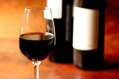 Rotwein und Ihre Verdauung? Sie haben wahrscheinlich schon gehört, dass Rotwein eine sehr gesunde Getränkeoption sein kann, aber Sie haben sehr wahrscheinlich nur von den typischen Vorteilen der Antioxidantien und des Resveratrols im Rotwein gehört.  Aber hier ist ein weiterer wichtiger Grund aufgeführt, warum Rotwein in Maßen (maximal 1-2 Gläser pro Tag) ein äußerst gesunder Teil Ihres Alltags sein kann.