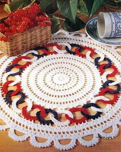 The crochet Sousplat is a piece that serves to complement the decoration of the dining table with sophistication, beauty and elegance. Crochet Flower Patterns, Crochet Stitches Patterns, Crochet Motif, Crochet Doilies, Crochet Lace, Blanket Crochet, Crochet Home Decor, Crochet Crafts, Yarn Crafts