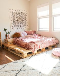 Pallet beds are of great interest because they are useful, long-lasting and suitable for every style. Here are the beautiful pallet bed ideas. Cute Bedroom Ideas, Cute Room Decor, Room Ideas Bedroom, Bed Ideas, Decor Ideas, Bedroom Designs, Bedroom Inspiration, Rustic Bedroom Design, Bedroom Inspo