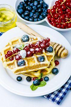 breakfast : waffles with fresh berries Breakfast Waffles, Berries, Fresh, Food, Essen, Bury, Meals, Yemek, Eten