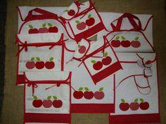 Neste kit as aplicações bordadas que enfeitam o kit de cozinha  são maçãs vermelhas em três estampas diferentes e no  barradinho  estampdinho vermelho de bolinha branca. Tudo muito delicado e harmonioso.  No barrado do bandô de 4 metros, maçãs aplicadas e recortadas.  Nove peças compõem este kit: 2 toalhas/puxador de geladeira duplex - R$ 20,00 cada 2 toalhas/puxador da tampa do forno - R$ 25,00 cada 2 porta assadeiras - R$ 30,00 cada 2 porta pirex - R$ 45,00  1 bandô - para informar o valor…