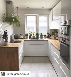 Happy kitchen has plants! 🌱 I& in love with these wooden benches and still on the side of the closet ❤️ gives a modern touch, right? And a fridge full of magnets because this is a real house! Happy Kitchen, New Kitchen, Kitchen Dining, Kitchen Decor, Kitchen Cabinets, Kitchen Views, Inspire Me Home Decor, Open Plan Kitchen, Beautiful Kitchens