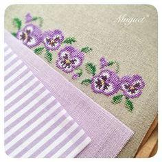. パープルも同じような感じの布合わせに♪ こちらは小さなお財布に仕立てます。 #刺繍 #クロスステッチ #パンジー #花 #ストライプ #布 #手芸…