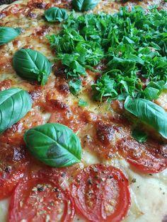 Home pizza caprese met verse mozzarella
