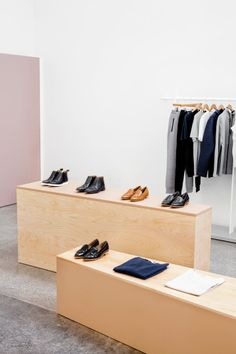 Laundry Facility Becomes Everlane's Office - Design Milk Plans Architecture, Elderly Home, Boutique Interior, Online Shopping Shoes, Store Displays, Retail Displays, Retail Interior, Retail Space, Minimal Design