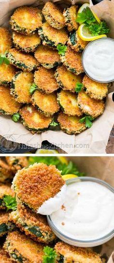 "Crisp Zucchini Bites with Garlic Aioli Dip - Yes please! - Crisp Zucchini Bites with Garlic Aioli Dip – Yes please! "" Crisp Zucchini Bites with Garlic Ai - Think Food, I Love Food, Good Food, Yummy Food, Zucchini Crisps, Zucchini Bites, Fried Zucchini, Zucchini Cake, Vegetable Recipes"