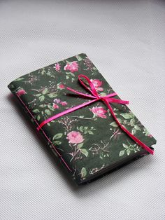capa: tecido em tricoline florido   miolo: papel reciclado 75g (80 folhas) costura: fio encerado