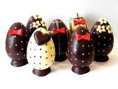 Discover the Most Beautiful Gourmet Easter Eggs . Easter Chocolate, Love Chocolate, Chocolate Gifts, Chocolate Molds, Chocolate Blanco, Easter Cookies, Cupcake Cookies, Cupcakes Oreo, Chocolate Showpiece