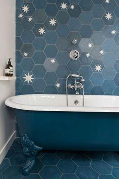 Idée décoration Salle de bain modele da carrelage bleu dans une salle de bain vintage
