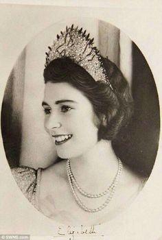 Princess Elizabeth before becoming Queen Elizabeth II. So pretty this picture for the Queen Elizabeth II. Royal Crowns, Tiaras And Crowns, Lady Diana, Young Queen Elizabeth, Prinz Philip, Die Queen, Estilo Real, Isabel Ii, Her Majesty The Queen