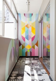 Reforma de apê usa grafite delicado na decoração e tem estante gigante - Casa e Decoração - UOL Mulher