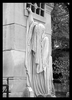 Graveyard statue - Cemetery of Pére Láchaise, Paris, France Cemetery Monuments, Cemetery Statues, Cemetery Headstones, Cemetery Art, Gardens Of Stone, Cemetery Angels, Dark Places, Sculpture Art, Graveyards