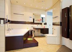 Das eckige Design und die Holzoptik in diesem Bad sind ein echter Hingucker
