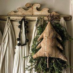 Primitive Country Christmas, Prim Christmas, Primitive Crafts, Outdoor Christmas, Vintage Christmas, Christmas Crafts, Christmas Ornaments, Natural Christmas, Primitive Snowmen