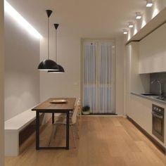 Bei weiig Plat in der Küche: Bank und schmaler Esstisch (70-75 cm) dazu fragile Sessel (zb. Ameise von Jacobsen)