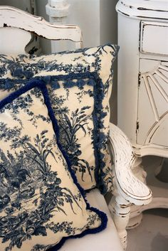 I adore toile de jouy fabric, especially in dark blue usually I can only find it in baby blue.