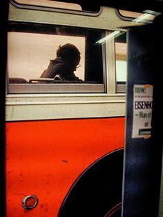 photo de Saul Leiter, bus à New-York, orange, transport urbain Saul Leiter, Diane Arbus, Moma, Color Photography, Street Photography, Human Photography, Candid Photography, Photography Portfolio, Pittsburgh