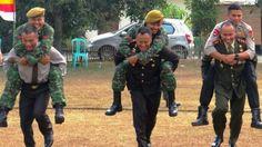 Dari kanan :Dandim 0402 OKI Letkol  (inf) Agus Suryandaru, Kapolres OI AKBP Asep Jajat Sudrajat S.IK , Kapolres OI AKBP  Erwin Rahmat S.IK menggendong prajurit TNI dan kepolisian karena kalah dalam permainan.  Kegiatan ini dilakukan dalam HUT TNI ke 69 dan menunjukkan kebersamaan TNI POLRI yang terus semakin erat.