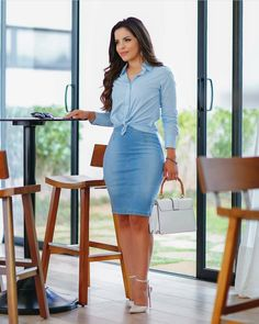 Whether elegant, exciting, classic, or puristic – the evening dress is the queen among the dresses! The noble robe lets you forget everyday life and turns the night into a glamorous. Classy Casual, Classy Outfits, Casual Outfits, Dress Casual, Denim Skirt Outfits, Dress Outfits, Denim Fashion, Look Fashion, Fashion News