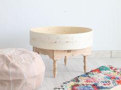 mesa de madera maroquí y alfombra boucherouite. moroccan style decoration